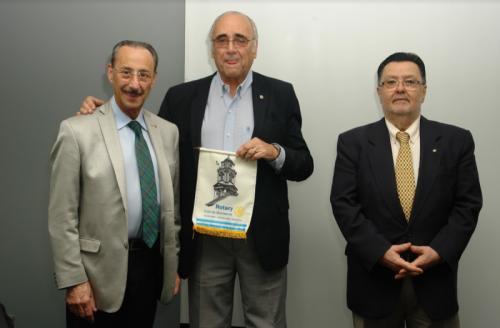 Dr. Vacarezza con el Presidente y el Secretario del Club